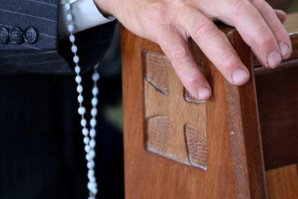 Католический священник Зейля, подозреваемый в тяжких преступлениях, лишен должностей в церкви