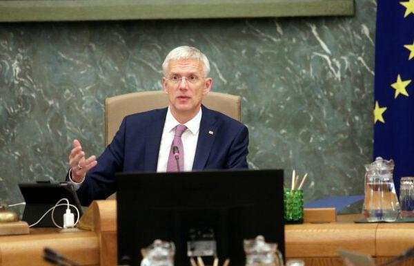 До 700 евро на человека: Латвия будет оплачивать зарплаты и больничные из бюджета