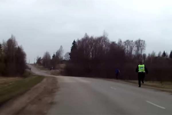 Пьяный юноша без прав, ехавший на угнанной машине, убегал от полиции (ВИДЕО)