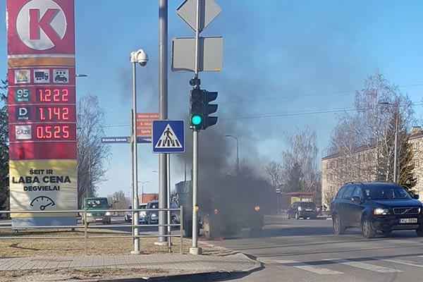 ВИДЕО: В Резекне рядом с заправкой загорелся грузовик