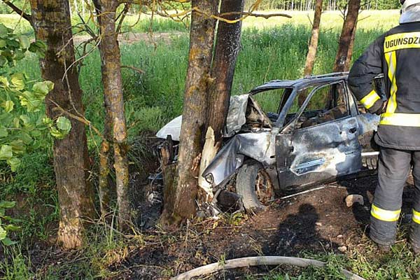 ДТП под Резекне: переполненная машина съехала в озеро, погиб несовершеннолетний