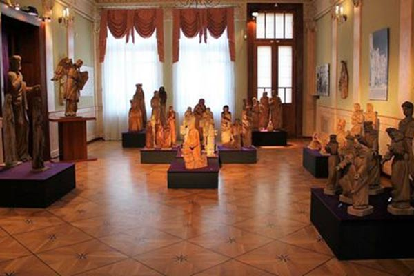 В Резекне открылась выставка уникальных деревянных скульптур, изготовленных католическим священником