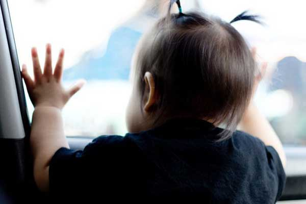 Из запертой машины в Резекне спасли малыша
